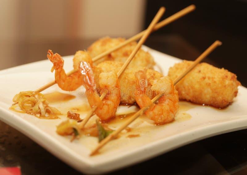 Gegrillte Garnelen mit Reis auf weißer Platte lizenzfreies stockfoto