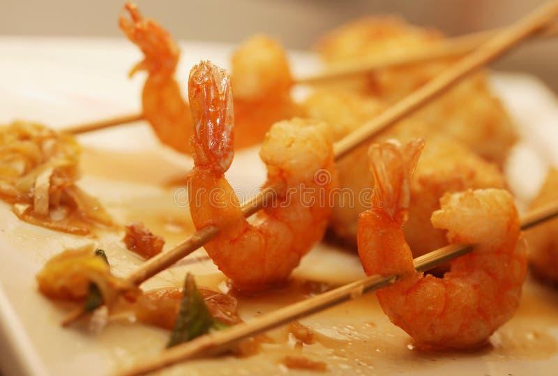 Gegrillte Garnelen mit Reis auf weißer Platte stockfotos