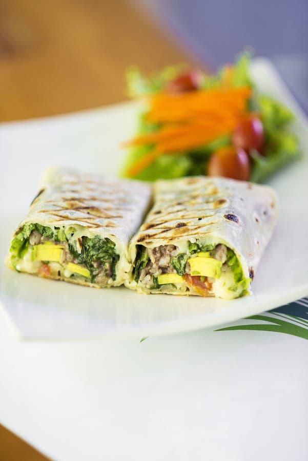 Gegrillte Gemüse- und Salatverpackung stockfotografie