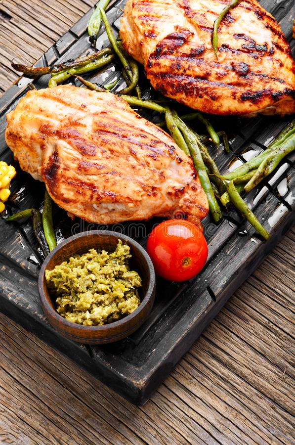 Gegrillte gesunde Hühnerbrüste stockbild