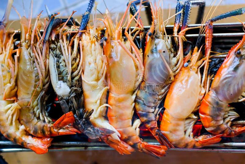 Gegrillte Grillmeeresfrüchte der Flussgarnele oder der Flussgarnele auf Holzkohlenofen r lizenzfreies stockfoto