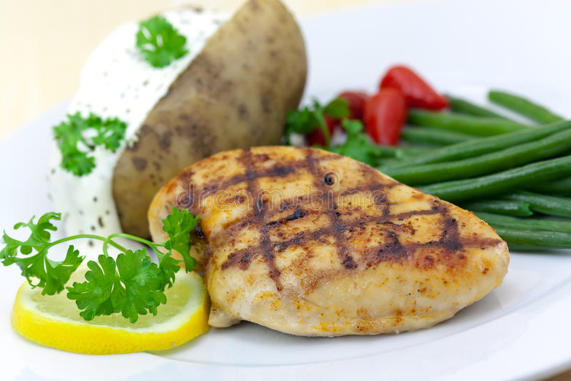 Gegrillte Hühnchenbrust mit grünen Bohnen, gebackenes pota stockfoto