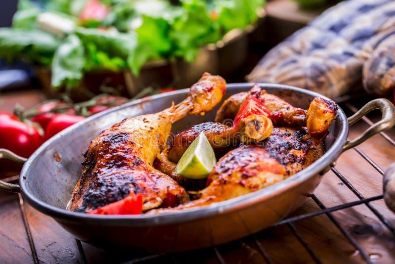Gegrillte Hühnerbein-, Kopfsalat- und Kirschtomaten limet Oliven Traditionelle Küche Frische und saftige Schinken- und Melonesonn stockbilder