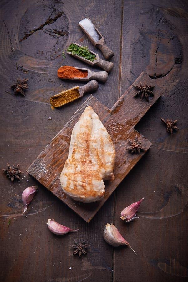 Gegrillte Hühnerbrust, Lebensmittelhintergrund, hölzerner Hintergrund lizenzfreies stockfoto