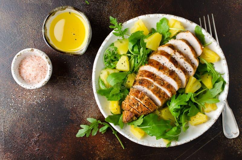 Gegrillte Hühnerbrust mit Ananas und Arugula lizenzfreie stockbilder