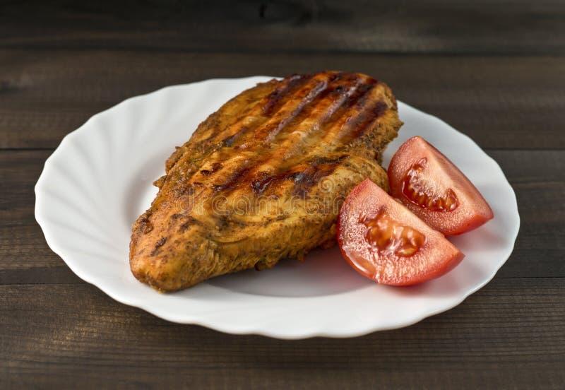 Gegrillte Hühnerbrust mit Tomaten stockfoto