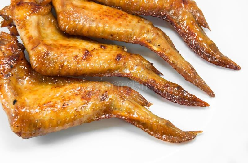 Gegrillte Hühnerflügel auf Weiß lizenzfreies stockfoto