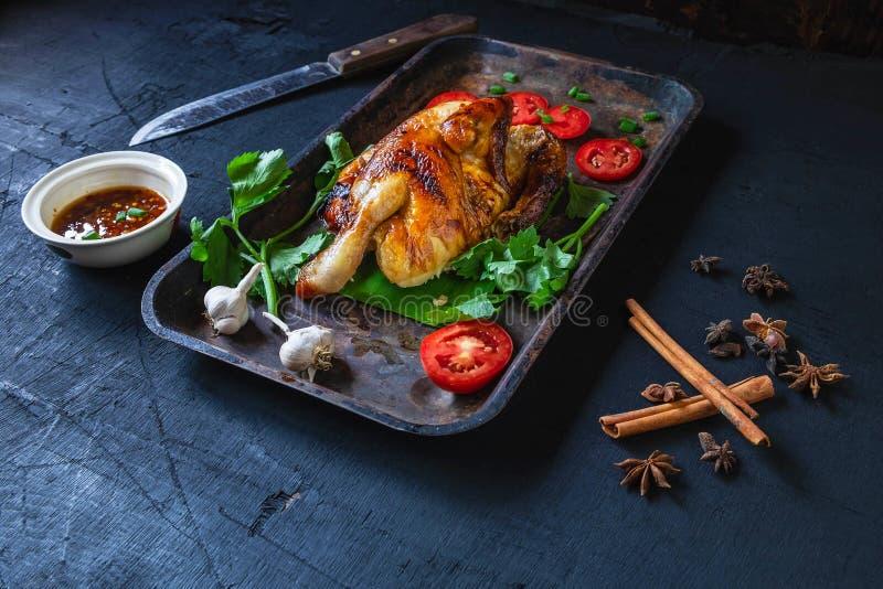Gegrillte Hühnerteller und -Dip vom Ofen auf einem schwarzen Hintergrund stockfoto