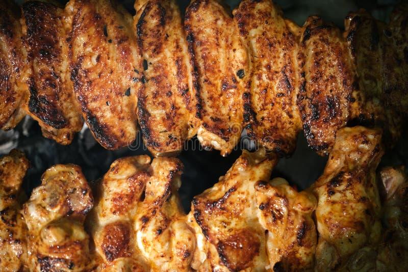 Gegrillte H?hnerkebabs auf einem Holzkohlen-Grill stockfotos