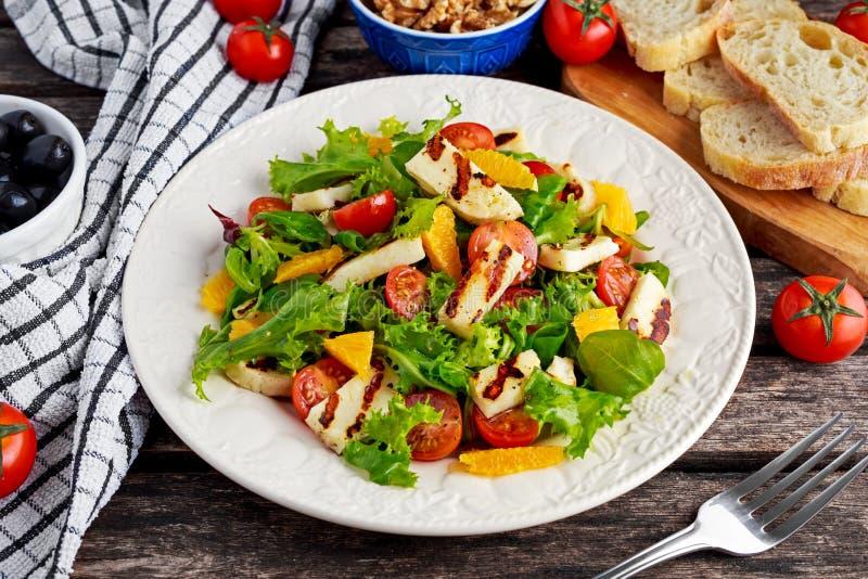 Gegrillte Halloumi-Käsesalathexenorange, -tomaten und -kopfsalat Gesunde Nahrung stockfotos