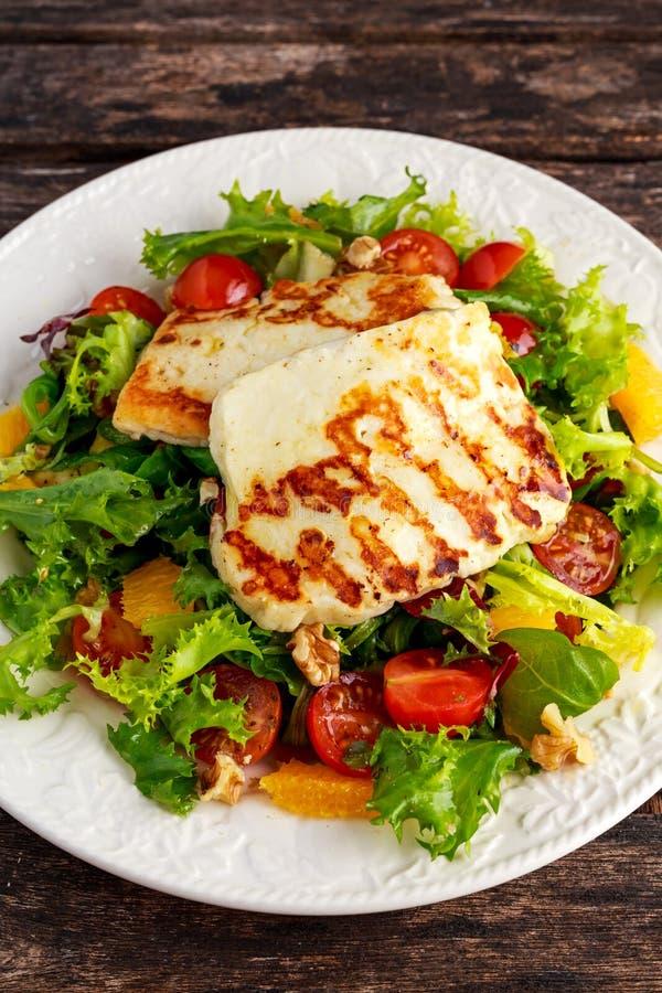 Gegrillte Halloumi-Käsesalathexenorange, -tomaten und -kopfsalat Gesunde Nahrung stockfotografie
