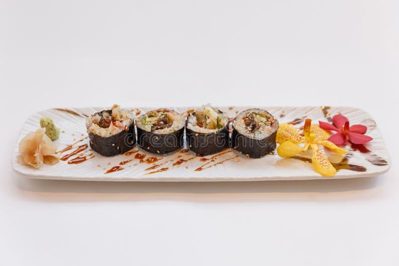 Gegrillte japanische Frischwasseraal-Sushi Maki Roll Served Unagi mit Wasabi und gekribbeltem Ingwer stockfotos
