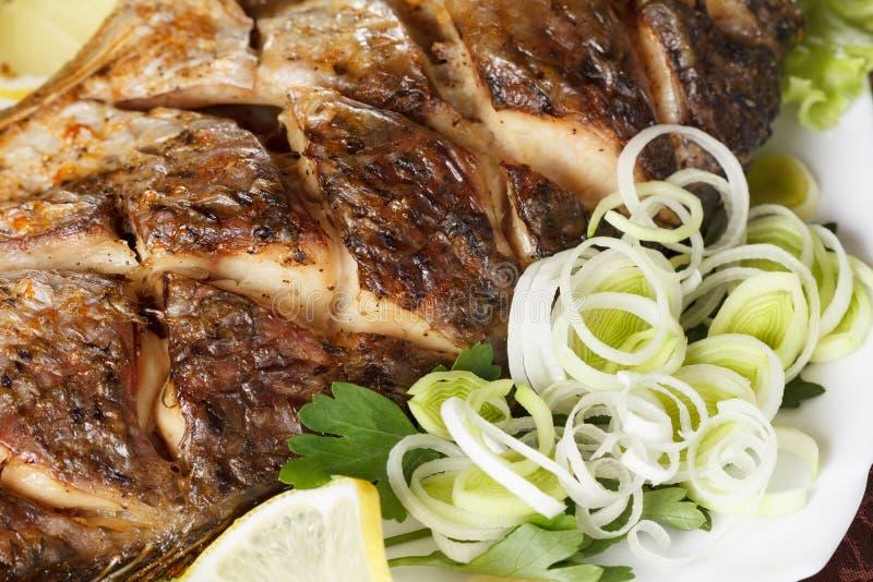Gegrillte Karpfenfische mit Gemüse völlig Traditionelle Weihnachtsmahlzeit lizenzfreie stockfotos