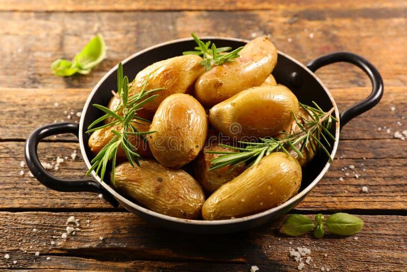 Gegrillte Kartoffel und Rosmarin lizenzfreies stockfoto
