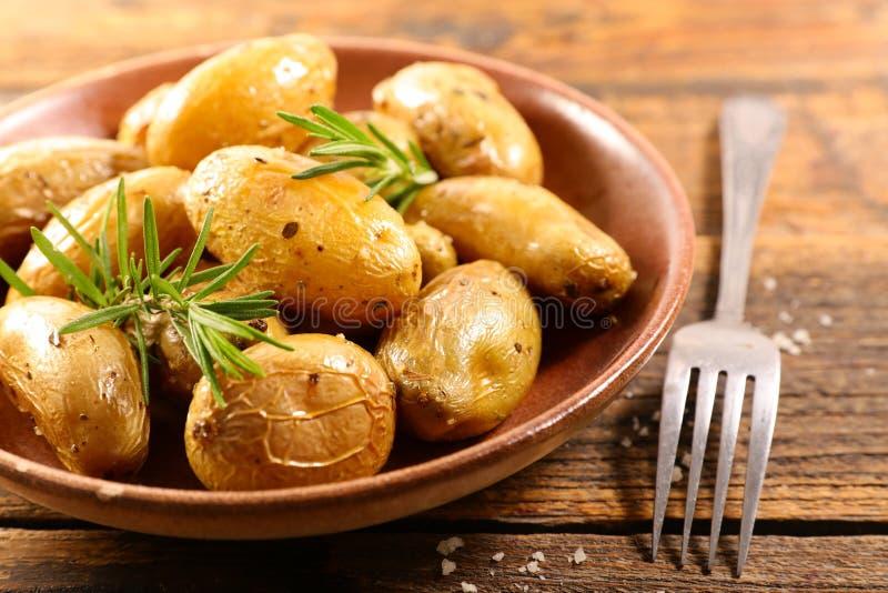 Gegrillte Kartoffel und Rosmarin lizenzfreie stockfotografie