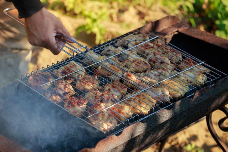 Gegrillte knochenlose Hühnerschenkel mariniert und Gewürze stockbild