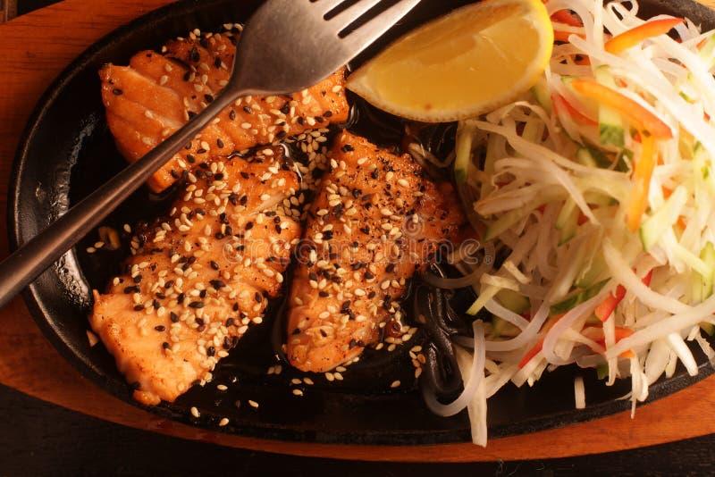 Gegrillte Lachse mit frischem Salat lizenzfreies stockbild