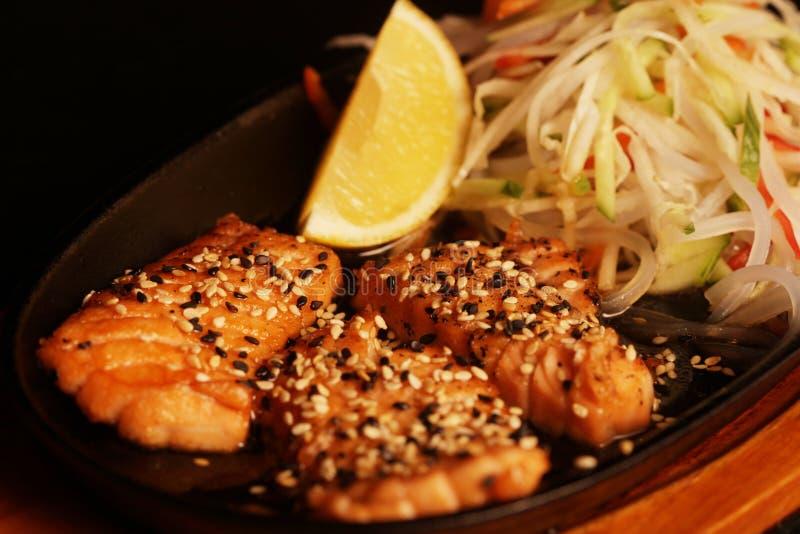Gegrillte Lachse mit frischem Salat lizenzfreie stockfotografie