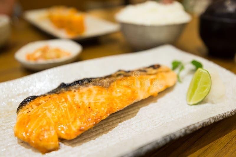 Gegrillte Lachse mit Salz auf Teller lizenzfreie stockbilder