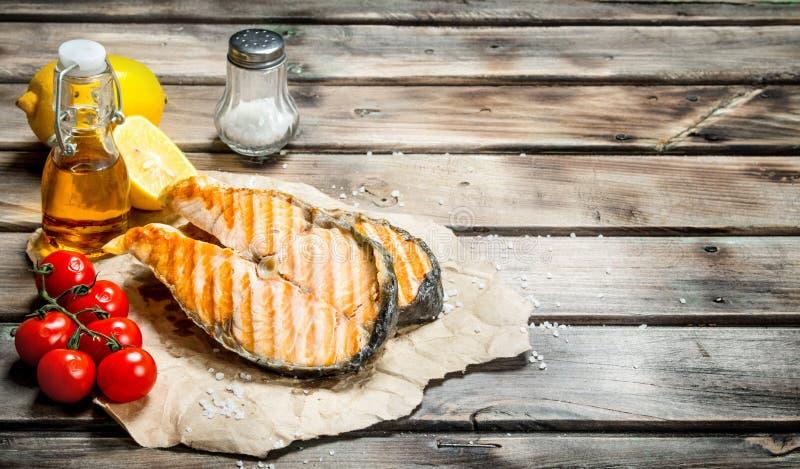 Gegrillte Lachse mit Tomaten und Zitrone stockfotos