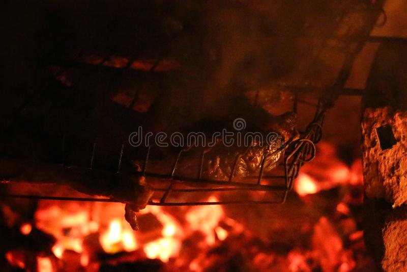 Gegrillte Lachssteaks auf einem Grill Feuerflammengrill Restaurant- und Gartenküche stockbild