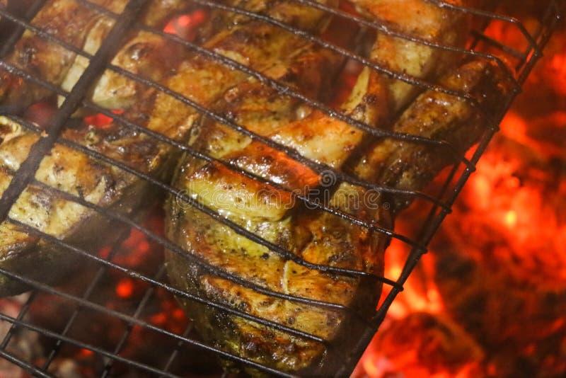 Gegrillte Lachssteaks auf einem Grill Feuerflammengrill Restaurant- und Gartenküche stockfoto
