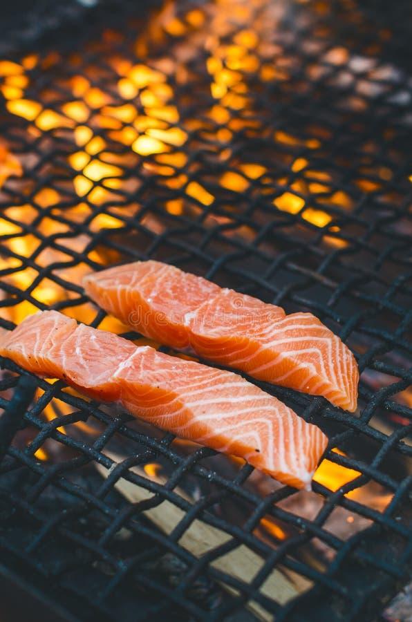 Gegrillte Lachssteaks auf einem Grill Feuerflammengrill Restaurant- und Gartenküche Gartenfest Gesunder Teller stockbild