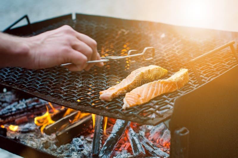 Gegrillte Lachssteaks auf einem Grill Feuerflammengrill Restaurant- und Gartenküche Gartenfest Gesunder Teller lizenzfreies stockbild