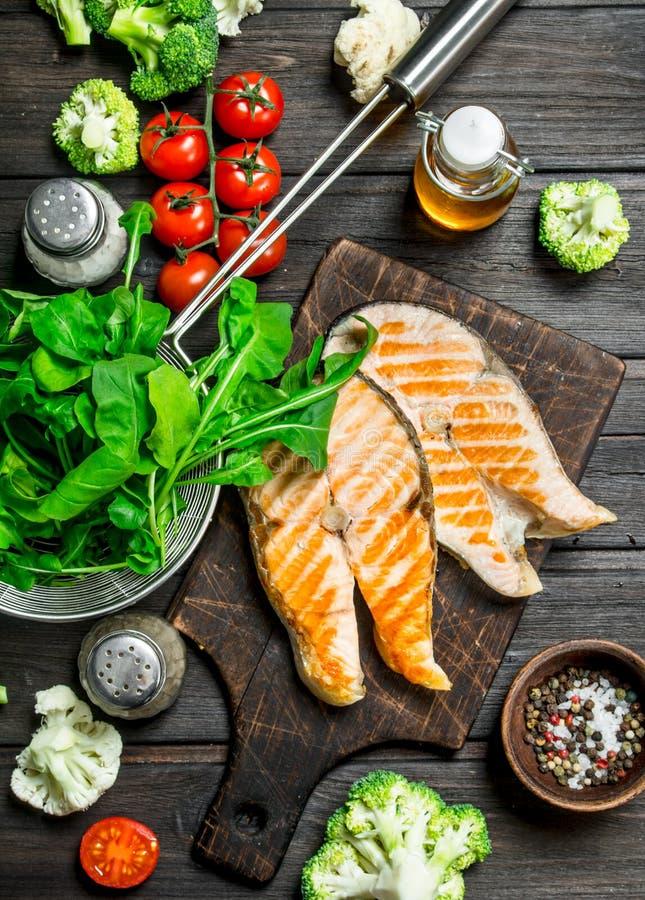Gegrillte Lachssteaks mit Gemüse, Gewürzen und Kräutern stockbild