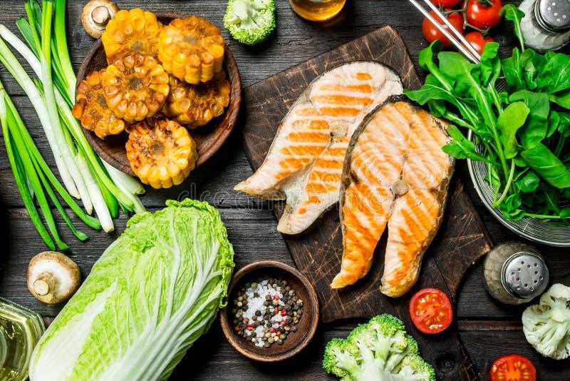 Gegrillte Lachssteaks mit Gemüse, Gewürzen und Kräutern stockfotos