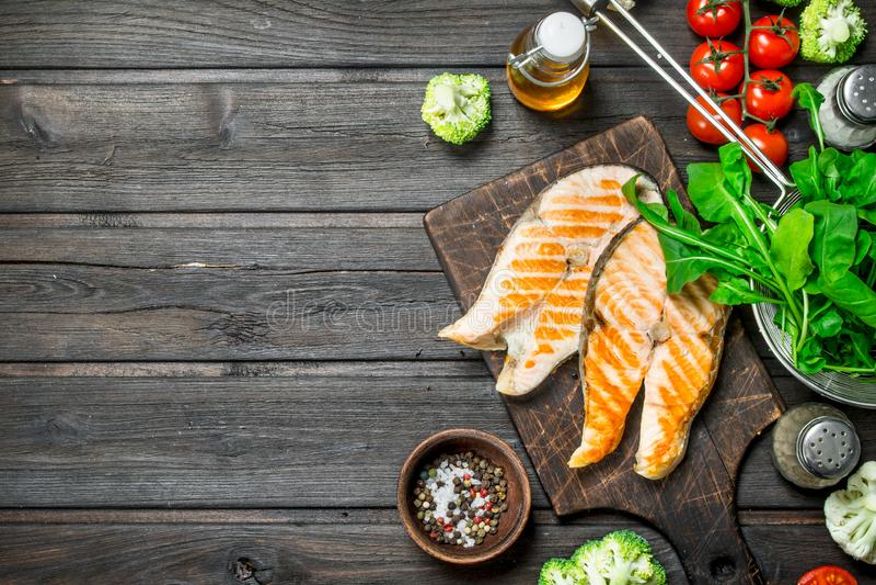 Gegrillte Lachssteaks mit Gemüse, Gewürzen und Kräutern stockfoto