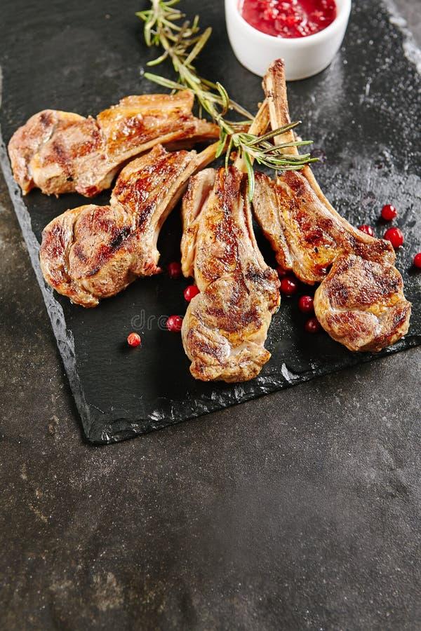 Gegrillte Lamm-Hiebe mit Moosbeeren und Rosemary lizenzfreie stockfotos