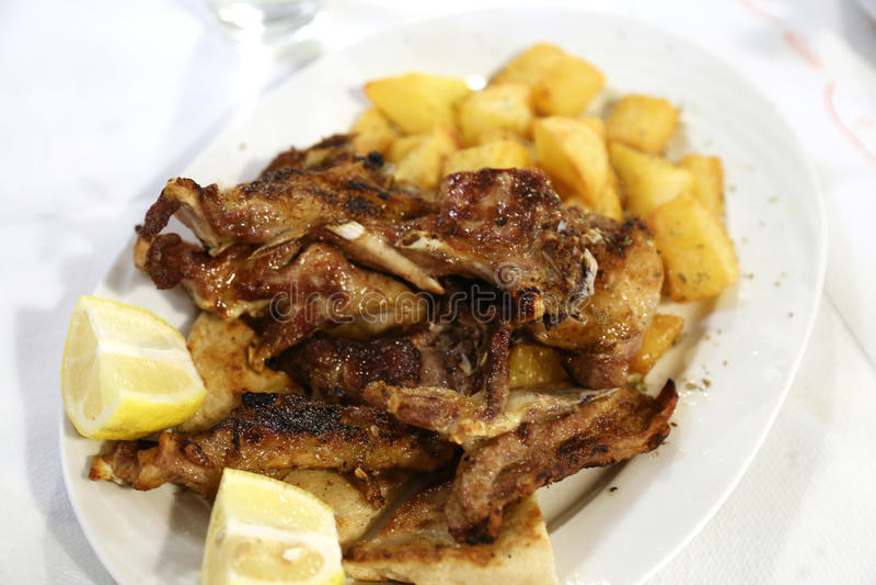 Gegrillte Lammhiebe mit Kartoffeln lizenzfreies stockbild