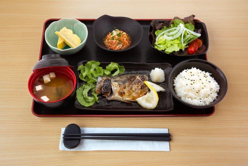 Gegrillte Makrele im japanischen Küchesatz stockfoto