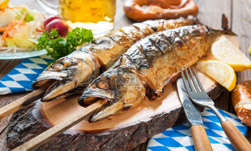 Gegrillte Makrelenfische mit Bier und Brezel stockfotografie