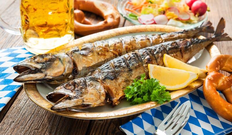 Gegrillte Makrelenfische mit Bier und Brezel stockfoto