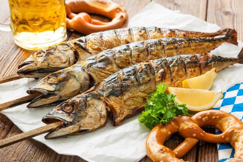 Gegrillte Makrelenfische mit Bier und Brezel stockbilder
