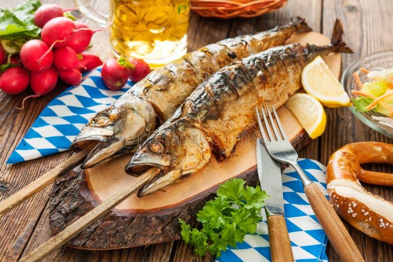 Gegrillte Makrelenfische mit Bier und Brezel lizenzfreies stockbild