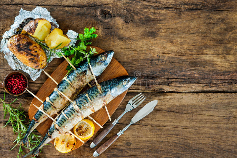 Gegrillte Makrelenfische mit Ofenkartoffeln stockfoto