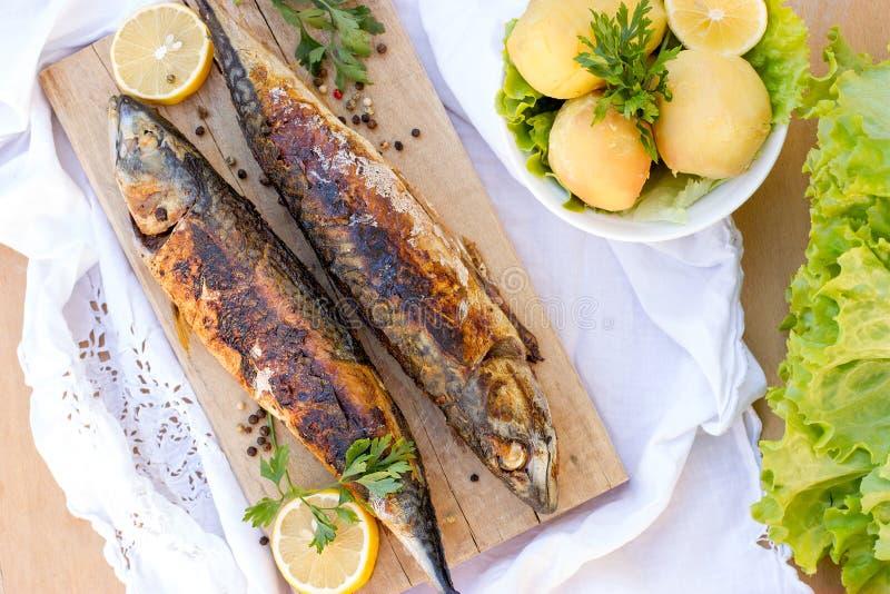 Gegrillte Makrelenfische mit Ofenkartoffeln stockfotografie