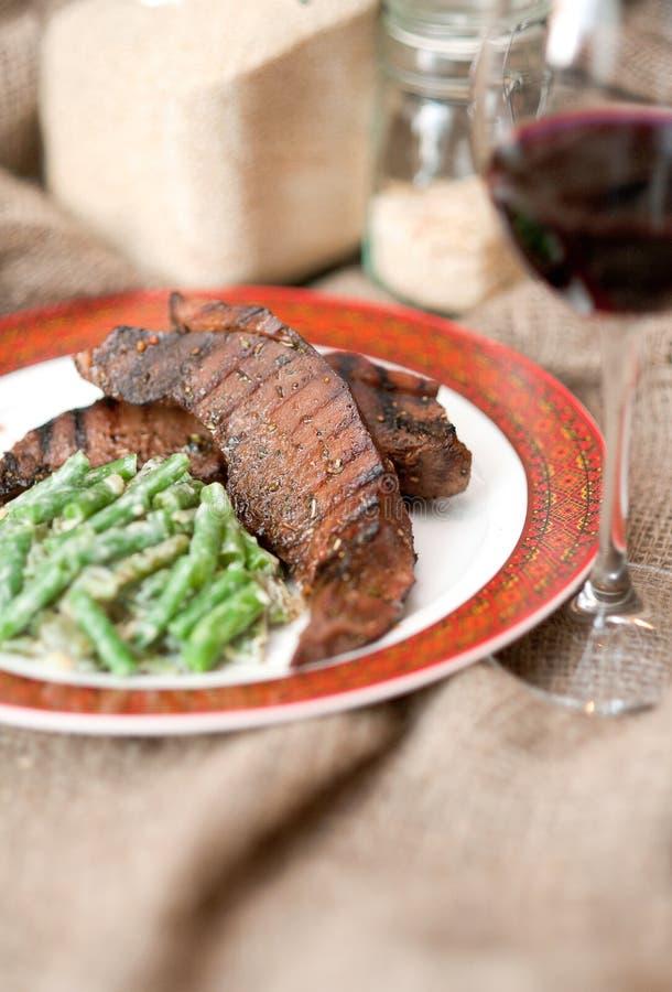 Gegrillte Nahrungsmittel - Fleisch mit Gemüse stockfotografie