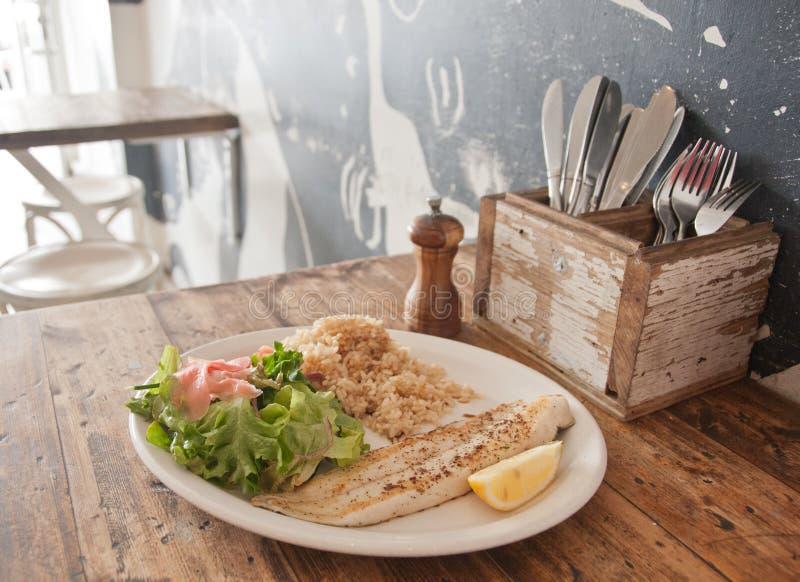 Gegrillte Neuseeland-Kabeljaus und gedämpfter asiatischer Reis in einem Restaurant lizenzfreie stockbilder