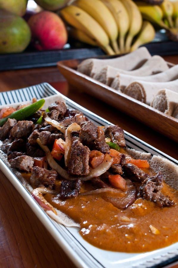 Gegrillte Rindfleischspitzen mit Kichererbseeintopfgericht lizenzfreie stockfotografie
