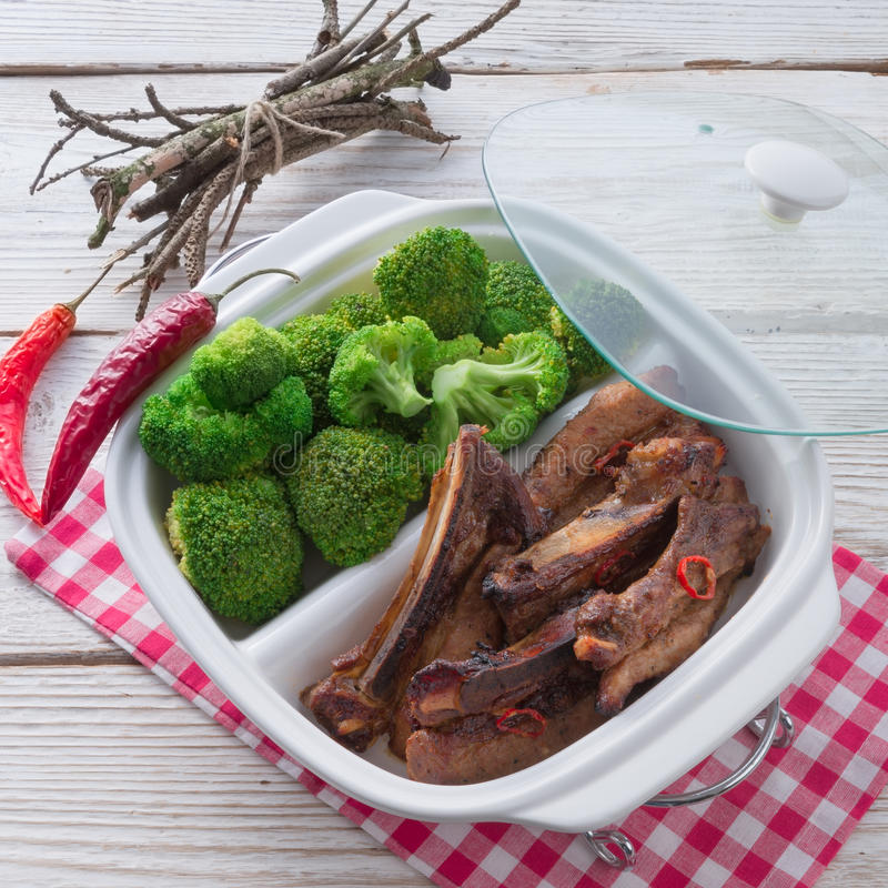 Gegrillte Rippe mit Brokkoli stockfoto