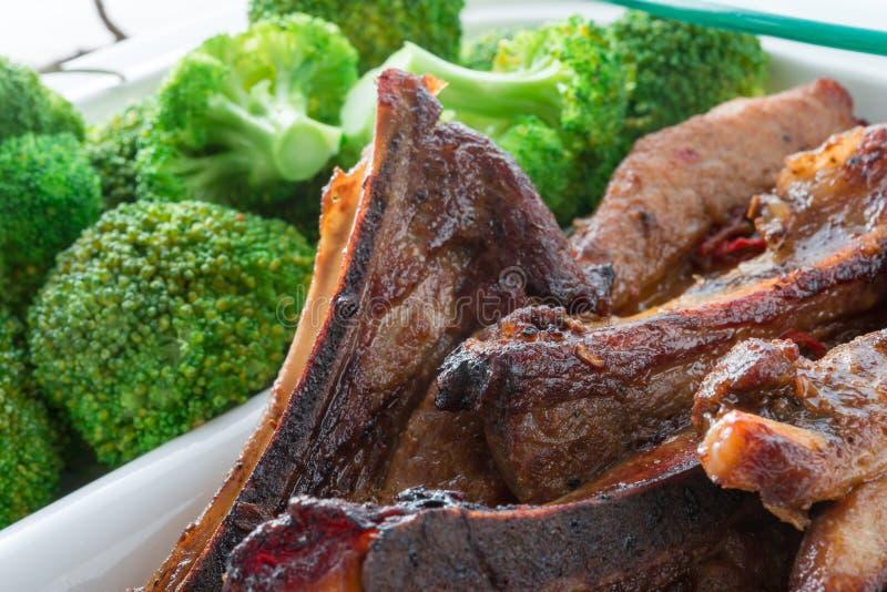 Gegrillte Rippe mit Brokkoli stockfotos