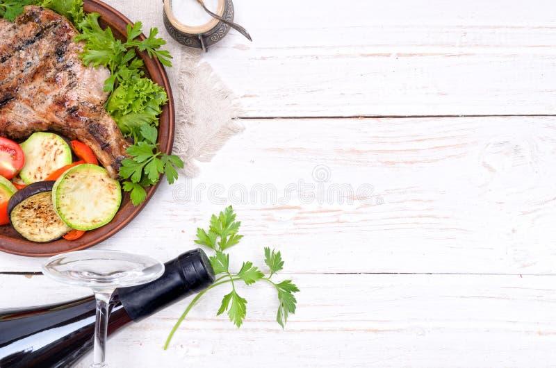 Gegrillte Rippe mit gegrilltem Gemüse lizenzfreies stockfoto