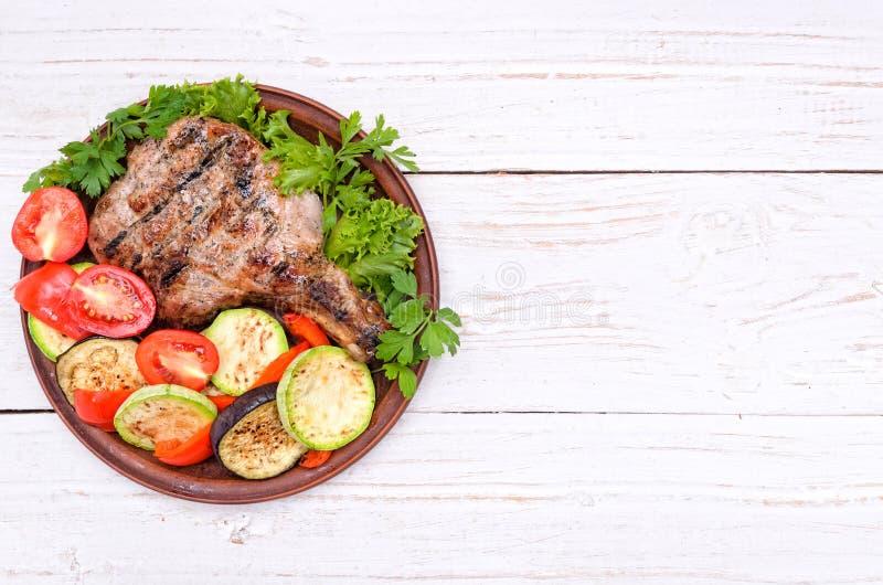 Gegrillte Rippe mit gegrilltem Gemüse Hintergrund lizenzfreies stockbild