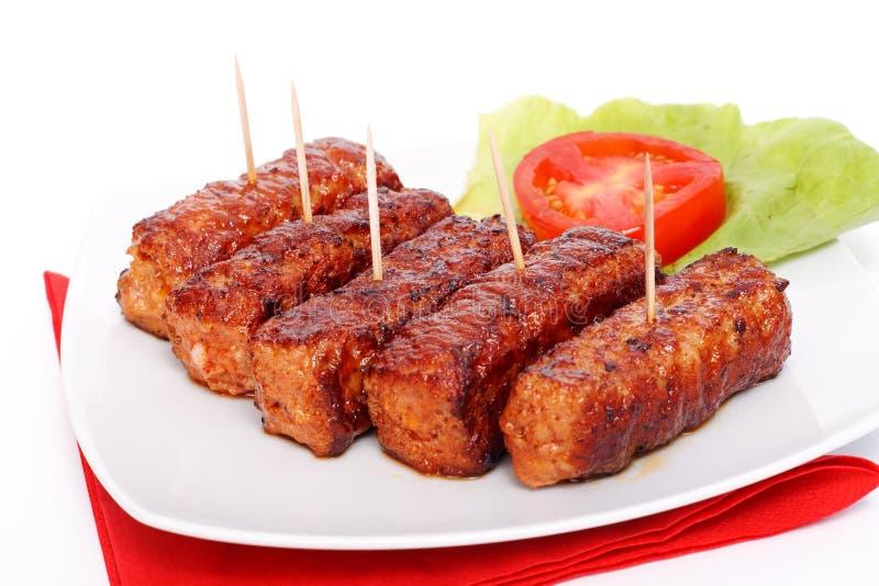Gegrillte rumänische Fleischrouladen - mititei, mici lizenzfreie stockbilder