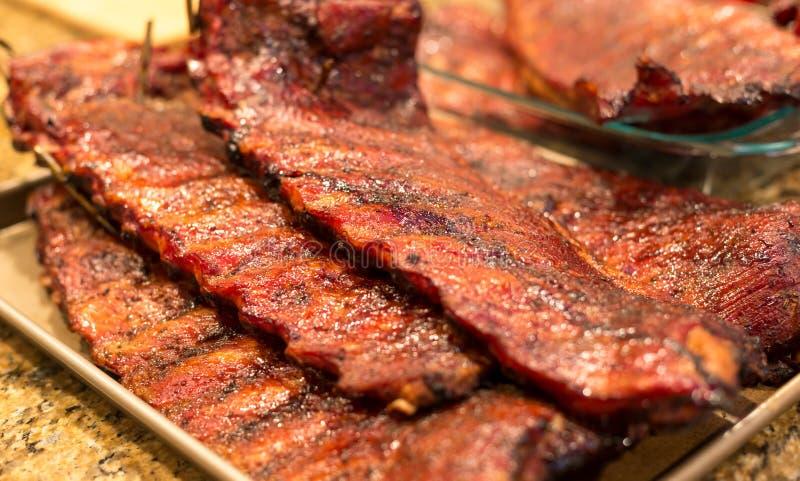 Gegrillte Schweinefleisch-Rippe im Behälter stockbild