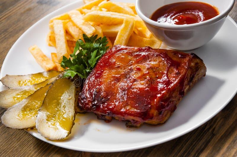 Gegrillte Schweinefleisch-Rippe und Fried Potatoes stockfotos